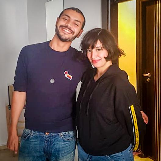 Soufiane Hennani, coordinador del podcast Machi Rojola, junto a Zainab Fasiki, directora artística del mismo podcast, en la grabación de un programa. Fuente: podcast Machi Rojola.